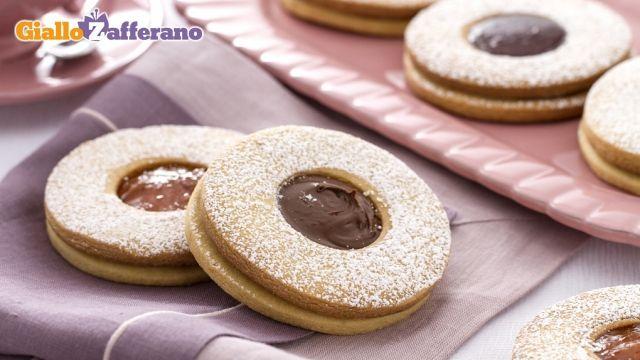 """OCCHIO DI BUE è il nome dei classici #biscotti con la """"finestra"""" di #cioccolato o #marmellata, ideale per la #merenda e le #feste dei #bambini. Qui la #ricetta: http://ricette.giallozafferano.it/Occhio-di-bue.html #GialloZafferano"""