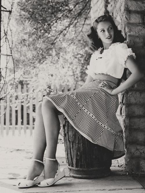 1940s fashion style.