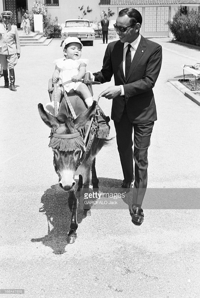 Rendezvous With King Hassan Ii Morocco And Daughter Princess Lalla Meryem. Au début des années 60, le roi HASSAN II du Maroc promenant sur un âne dans un jardin, sa fille la Princesse LALLA