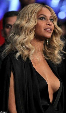 Beyonce puts major cleavage on display at boxing event (photos) - http://www.thelivefeeds.com/beyonce-puts-major-cleavage-on-display-at-boxing-event-photos/