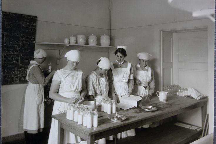 Sällskapet barnavård - tillredning av mjölkblandning - Stockholmskällan