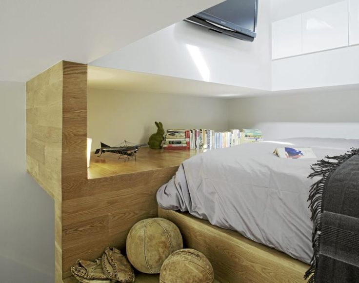 Små leiligheter kan dra nytte av uvanlige løsninger. En liten hems med plass kun til en seng, en tv og en hylle, tilknyttes resten av leiligheten med en liten trapp.