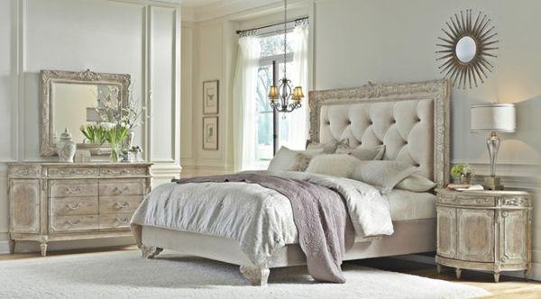 miroir baroque Dans Une chambre à coucher, tête de lit capitonnée, Commodes cru