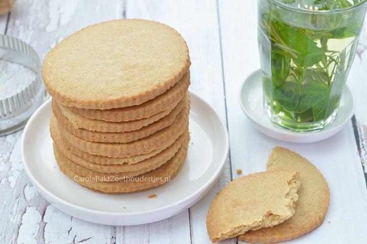 Je kent ze vast; jodenkoeken. Brosse koeken in een blik of plastic pot. Wat zijn ze lekker groot en veel! Met dit jodenkoeken recept kun je ze zelf maken.