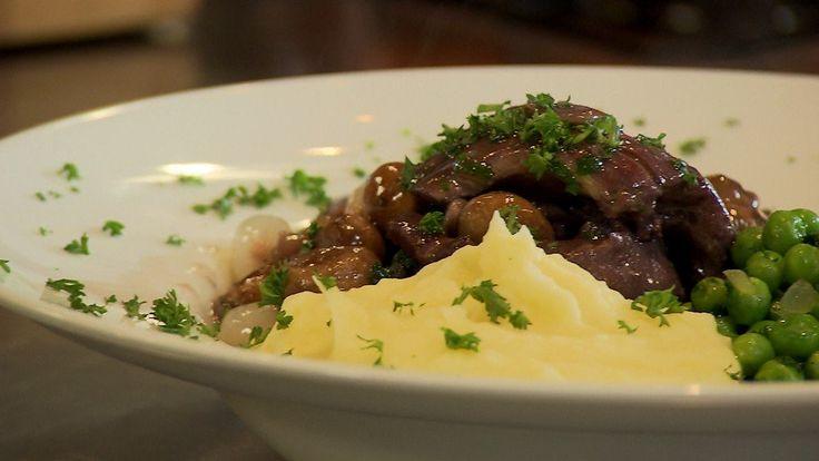 Ramon Brugman maakt coq au vin met aardappelpuree. Klinkt chique, is lekker betaalbaar.