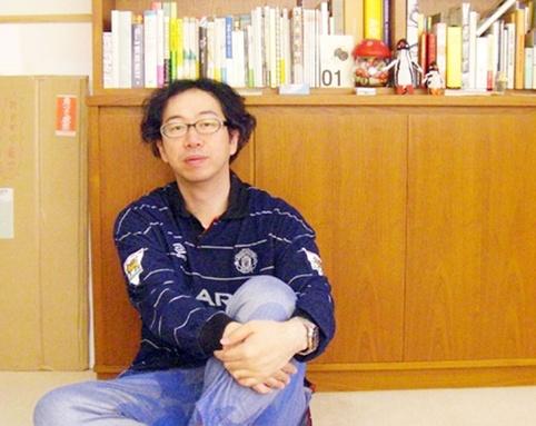 『GIONGO GITAIGO JISHO』(ピエブックス)やキリンビール「8月のキリン」などで、硬質でありながら柔らかく繊細なイラストを描いてきたイラストレーター大塚いちお。上京と同時にサッカーを体験し始め、その記憶を積み重ねてきた20年間、彼が夢見てきたサッカーのドラマとイマジネーション。