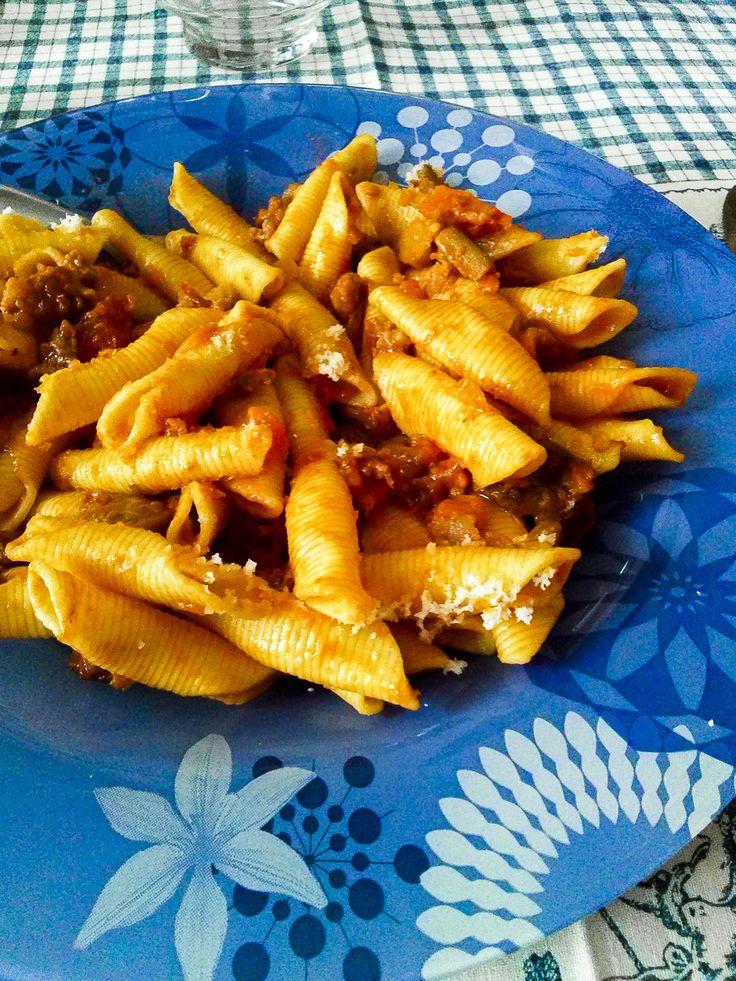 Il primo sugo di questo autunno è un morbido e cremoso ragù alla salsiccia e funghi  http://www.kitchengirl.it/bocconcini/il-primo-sugo-dautunno/ #ricette #cucina #kitchengirl #cucinaitaliana #ragù #pasta #primopiatto