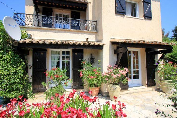 Dit is een mooie Provençaalse #villa met privé zwembad, gelegen in een rustige woonwijk. Het heeft twee slaapkamers en een badkamer. Op het 750m2 grote grondstuk vindt u een mooi aangelegde tuin en een groot #zwembad voor een heerlijke ontspannende vakantie bij dit #vakantiehuis.