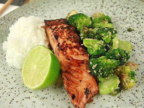 Lax som snabbmarineras med ljus soja, honung och ingefära. Servera med sesamstekt broccoli och ris. Jättegott och enkelt.