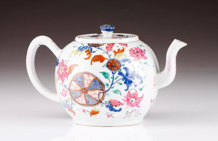 "Teapot with cover Chinese export porcelain  Polychrome and gilt ""Tea Leaf with phoenix"" decoration  Flower shaped cover finial  Qianlong Period (1736-1795)  (small defects) Height: 16 cm  - Veritas Art Auctioneers - 21/02/2017"