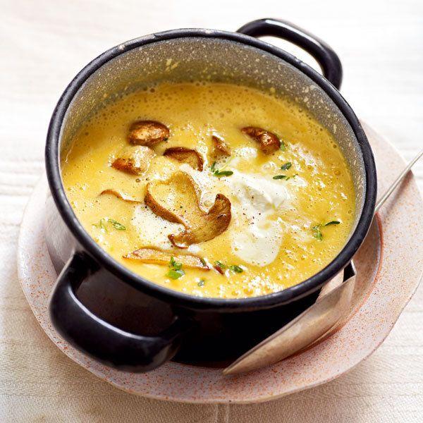 Das Steinpilzsalz gibt der Suppe den letzten Pfiff. Dafür ganz einfach getrocknete Steinpilze zu Pulver mahlen und im Verhältnis 1:10 mit Meersalz mis...