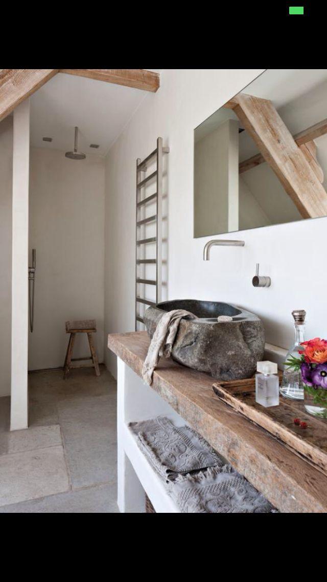 Idee voor een wastafel van hout en onderstel van stuc