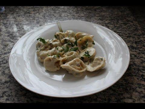 Tortellini caseiro com recheio de ricota, espinafre e nozes + molho branco