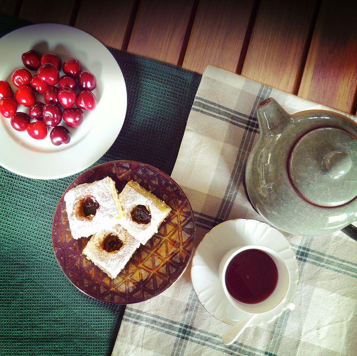 La torta soffice di ciliegie è un dolce leggero, facile da preparare ed anche molto goloso! Conquista tutti con il suo profumo speciale, e con il suo sapore intenso di ciliegie è una torta che sa di estate!