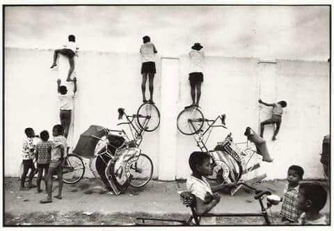 Tukang becak & anak2 yang menonton pertandingan sepakbola di luar stadion Kridosono, Yogyakarta 1951