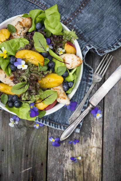 Summer salad with violets. http://www.jotainmaukasta.fi/2015/06/21/rock-your-blog-ruokakuvaus-workshop-2015/