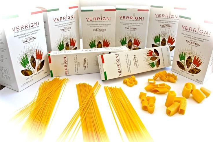 Scatola Fantasia Verrigni assortita con 12 tipi di pasta trafilata in oro e bronzo.