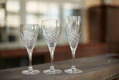 Nydelige glass i krystall fra Frederik Bagger - Crispy-serienFremstilt i blyfritt krystallglass somfint kanvaskes i oppvaskmaskin.Hvitvinsglasset ertil venstrepå bildet.