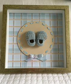 Quadro maternidade menino ou menina com sapatinho de crochê personalizado. Moldura dourada envelhecida.