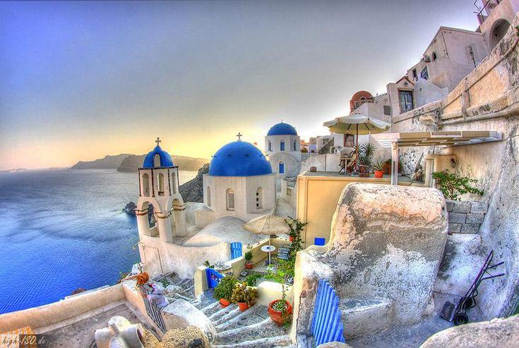 Oia Santorini (Grecia) ciudad blanca es una antigua comunidad con casas situadas sobre el relieve volcánico.