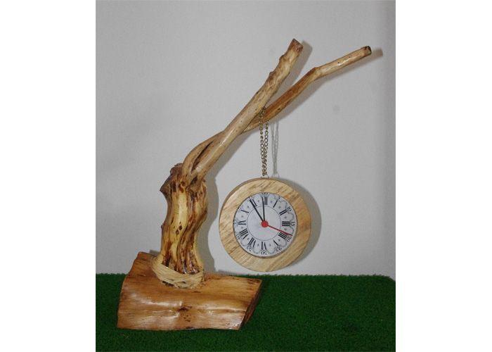 Originali orologi realizzati con legno di recupero e sospesi su rami altrimenti destinati a bruciare in un camino. Gli orologi sono protetti da un vetro con il quadrante realizzato in carta con la tecnica decoupage. La base è solitamente un pezzo di tronco a sua volta recuperato. La struttura di sostegno è unica e la sua forma dipende dal ramo e dal tipo di base a disposizione. PEZZI UNICI. #orologio, #design, #design, #recycling, #riutilizzo, #upcycling, #arredamento