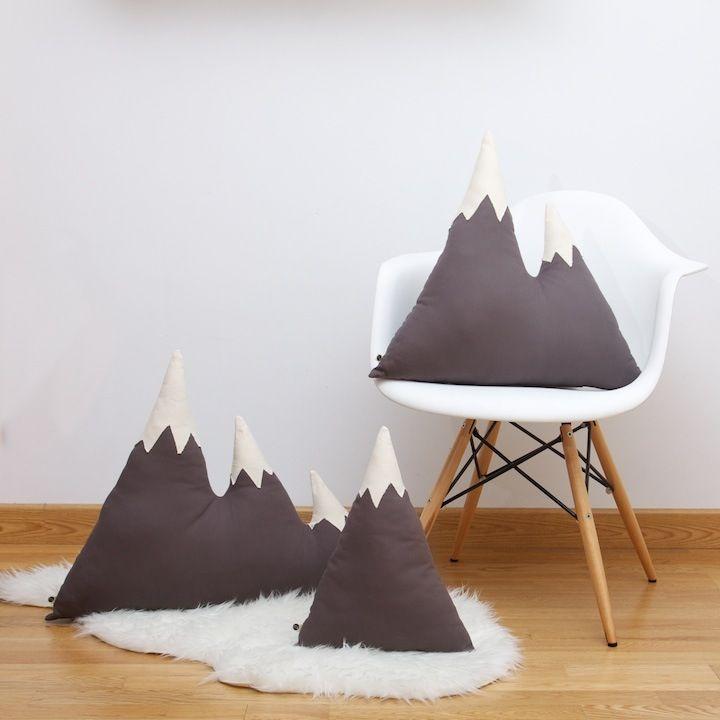 Si tu corazón pertenece a la montaña necesitarás este cojín. Perfecto como almohadón y para decorar cualquier rincón de tu hogar.  Confeccionado a mano con algodón 100% y con relleno de poliester.  Tamaños disponibles: UN PICO: 30cm de base x 35 cm de alto aprox. DOS PICOS: 40cm de base x 50 c