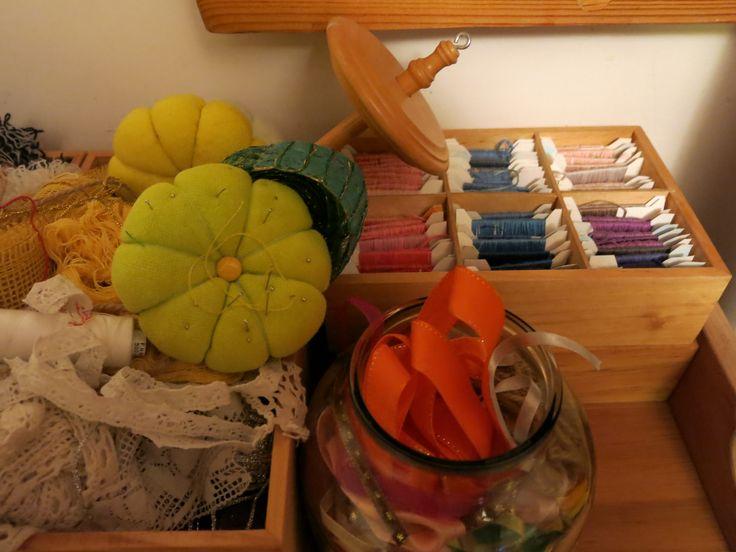 tasiemki, wstążki, koronki i sznureczki. wrzeciono, poduszki na igły od 100%Gabridou i muliny na bobinkach