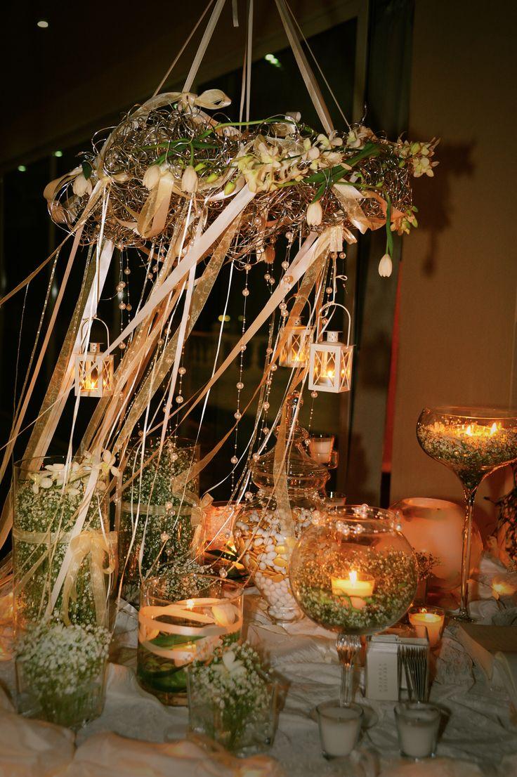 στεφανι με φωτακια και λουλουδια  γυαλες με κουφετα και λουλουδια ,για το τραπεζι των ευχων!!