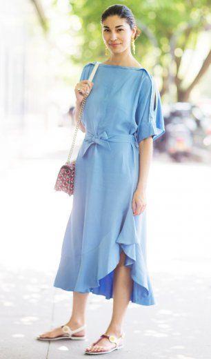 Meisterlich präsentiert Caroline Issa ein eisblaues Kleid von Eudon Coi aus der Frühjahr-/Sommerkollektion 2015.