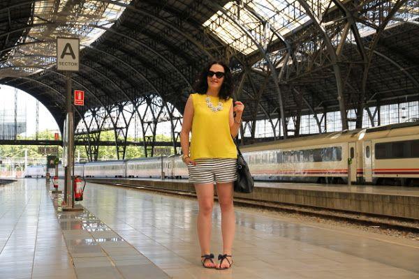 Un casual sencillo y con estilo: camiseta amarilla y shorts navy