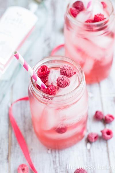 Himbeer Moscato Sangria für die Sommerparty. Zutaten: 1 Tasse frische oder gefrorene Himbeeren, 1 Tasse halbierte Erdbeeren, 1 Tasse frische oder gefrorene Brombeeren, 1 (750 ml) Flasche gekühlter Rosa Moscato, selbstgemachter Himbeer Sirup (Rezept unten), 1/2 Tasse rote Beere oder Himbeere Wodka, 1 Tasse Zitrone-Limette Soda.  Für den Himbeer Sirup: 1 Tasse frische oder gefrorerene Himbeeren, 1/4 Tasse Zucker, 1/4 Tasse Wasser