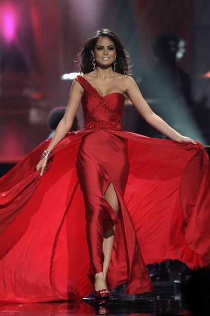 Miss Mexico, radiante en el traje de noche rojo en la final de Miss Universo 2010