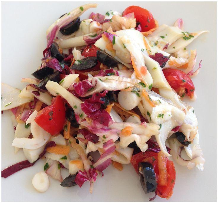 Insalata di mare : calamari, radicchio rosso, carote,pomodorini,olive nere, prezzemolo, limone, olio extra vergine d'oliva..