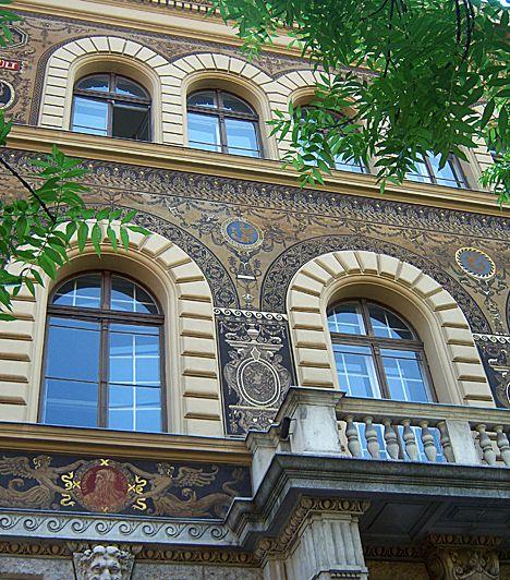 Andrássy út. A híres fővárosi sugárút a Budapestből világvárost alkotó korszak építészeti csúcspontja. A 2002 óta Világörökség részét képező utca, mely az összeköttetést jelenti a dinamikus belváros és a Városliget zöldje között, neoreneszánsz, neobarokk, klasszicista, szecessziós és romantikus épületeket egyaránt magáénak tud.