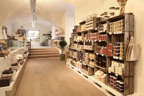 Daylesford-Organic Auf 180 qm findet man eine gelungene Kombination aus Store und Eatery. Die Atmosphäre im zweitältesten historischen Gebäude von München (1264) in der Ledererstraße 3 ist etwas Einmaliges.