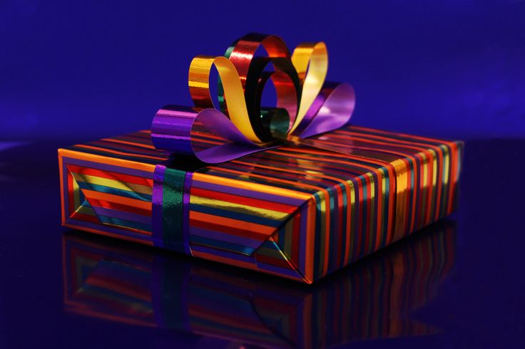 Leuk inpak idee om iemand mee te verrassen! Suprise!  #giftwrapping #inpakken #cadeau #kado #gifts #presents #wrapping #bow #giftpaper #stripes  Made by Veldhuis Mooi Cadeaupapier www.cadeaupapier.com