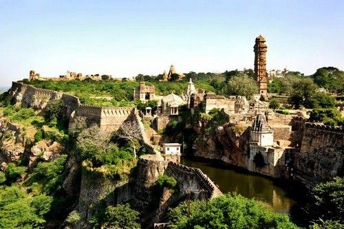 Benteng Chittorgarh - Located in Rajasthan state of western India, it belongs to the benteng or fort that has inspired and given attention to travellers and historians from all over the world. One of the largest forts in India, the Chittor has incredible views and wonderful features. In this fort you can see grand palaces, historical temples and beautiful towers.