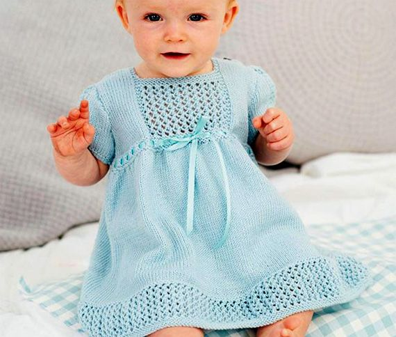 Голубое платье с ажурными вставками. Спицами
