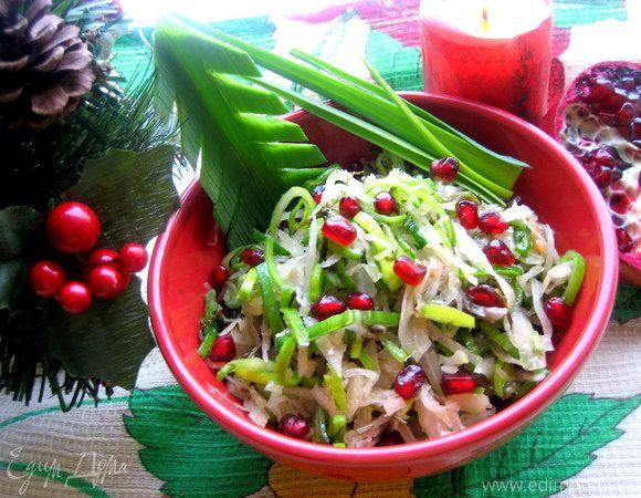 Салат из квашеной капусты, порей гранат