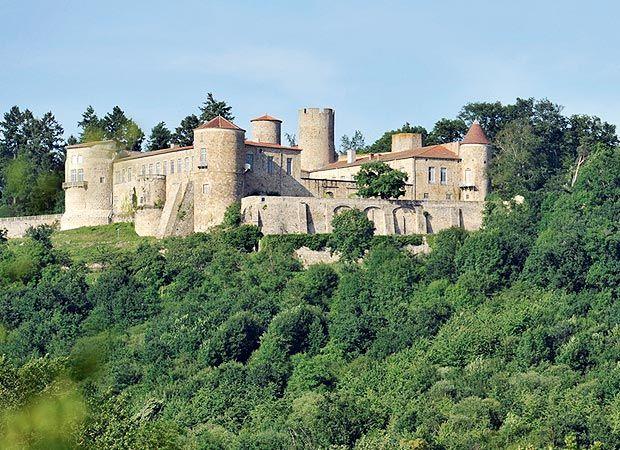 Le château de Ravel Le château de Ravel, situé près de Lezoux dans le Puy-de-Dôme, nous dévoile son passé de Domaine royal en 1283 sous Philippe Le Hardi, puis sous Philippe le Bel qui le cède en 1294 à Pierre Flote, futur chancelier de France.  http://www.auvergne.fr/article/chateau-ravel