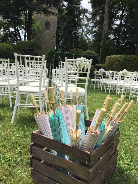 Domaine des Cèdres, Cérémonie laïque en extérieur, ombrelles, caisse en bois, chaises blanches