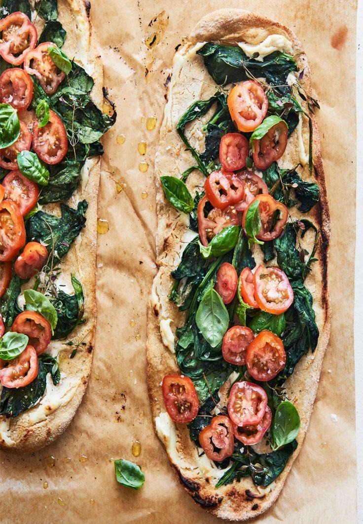pizza med tomat, spinat og tomater