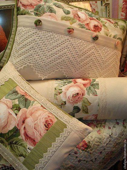 Купить или заказать Декоративные лоскутные подушки 'РОЗОВАЯ ДЫМКА' в интернет-магазине на Ярмарке Мастеров. Если Вы любите розы, так как люблю их я, то этот комплект - для ВАС! Комплект 'Розовая дымка' состоит их трех декоративных подушек: большая, маленькая и валик-конфетка. Сшиты из высококачественных жаккардовых тканей (производство Англия) - хлопок. Для отделки большой подушки использовано великолепное ручное хлопковое кружево (техника 'филе'), декоративные пуговки, обтянутые тканью.