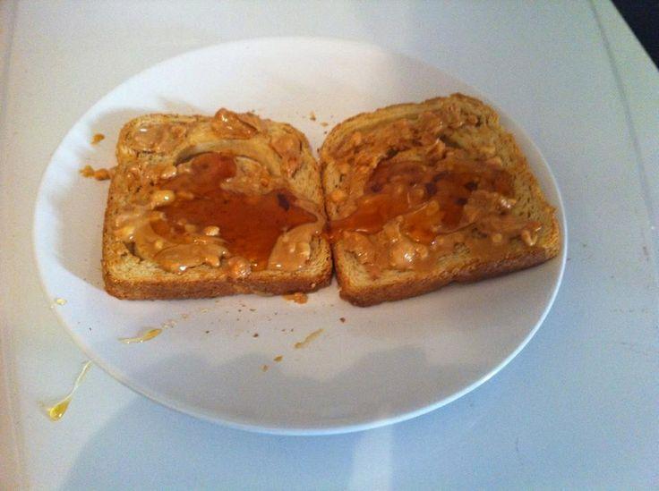 Ψωμί ολικής με φυστικοβούτυρο και μέλι