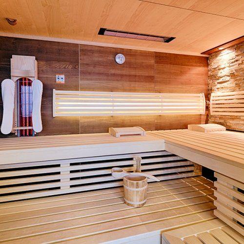 Sauna mit Thera-Med Infrarotstrahler. Die hinterleuchtete Rückenlehne sorgt für eine besondere Stimmung in der Sauna.