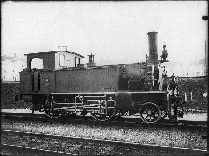 Tender-Locomotive Nr. 5 (bis 1895 Nr. 285) des Typs A2 der Schweizeriſchen Nordoſtbahn, gebaut 1891 inn der Schweizeriſchen Locomotiv- und Machines-Fabrique zů Winterthur (Fabr.-Nr. 677), 1902 von den Schweizeriſchen Bundesbahnen als Eb 2/3 Nr. 5175 übernommen, 1915 außer Dienſt geſtellt und anſchließend abgebrochen; aufgnommen um 1901 im Fahrzeug-Dépôt F zů Zürich.