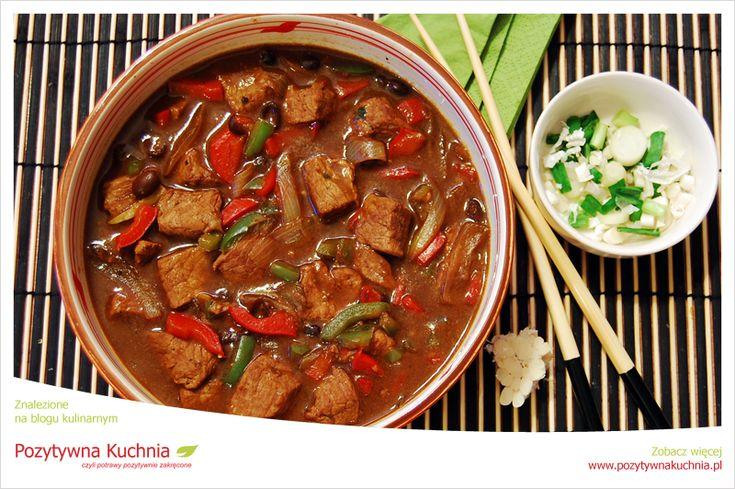 Wołowina w sosie z czarnej fasoli - #przepis na #obiad  http://pozytywnakuchnia.pl/wolowina-w-sosie-z-czarnej-fasoli/  #wolowina #fasola #papryka