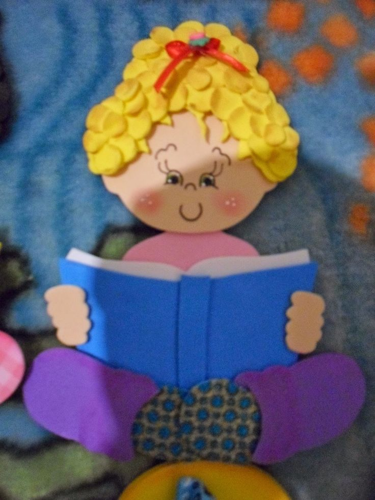 EVA&CIA: menino e menina lendo com moldes