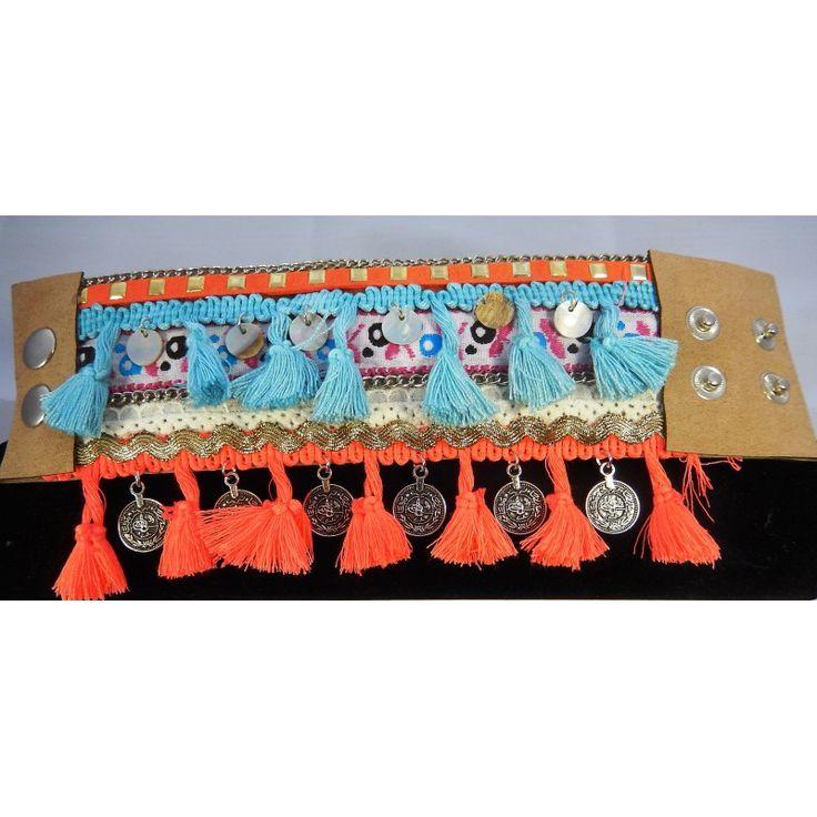 Manchette ethnique nacre -bleu et orange.  Agrémentée de breloques en nacre et pièces.  Longueur: 23 cm ,système d'attache pression 2 positions.