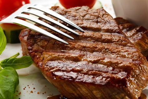 Для приготовления вкусного сочного стейка нужны две вещи — хорошее мясо и знание десятка нюансов. Делимся секретами, как пожарить самый идеальный стейк.